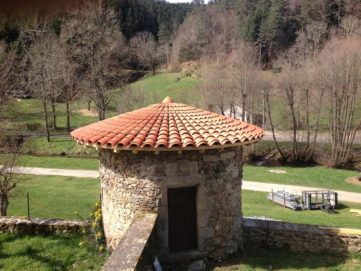 Rénovation de 2 tours rondes Charpente et Couverture. Tuiles gironnées. Commune de St Vert.