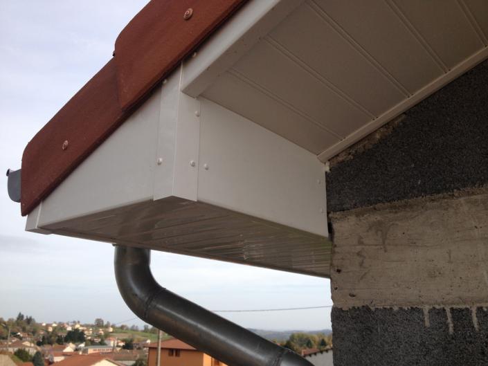 Dessous de toit PVC sur charpente industrielle à Clermont-Ferrand en Auvergne