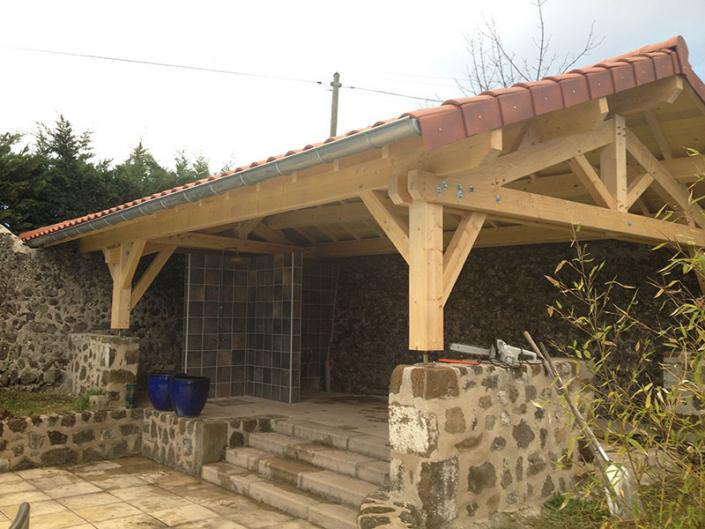 Construction charpente bois pour un abri près d'une piscine au Puy en Velay en Haute Loire Auvergne